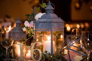 centerpieces-with-lanterns-in-candles-geometric-terrarium-gold-table-number