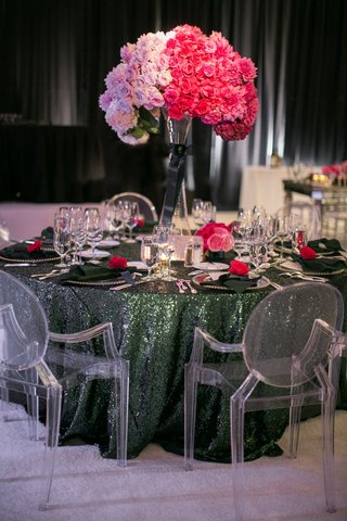 ghost-chairs-around-green-sequin-table-with-ombre-centerpiece