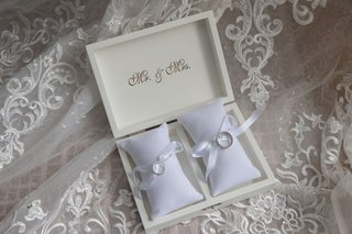 wedding-rings-in-mr-and-mrs-box-with-ring-pillows-and-ribbon-platinum-on-veil