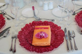tropical-tablescape-with-orchid-place-topper