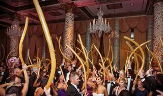 hora-loca-crazy-hour-peruvian-wedding-tradition-wedding-guests-dancing-with-gold-balloons