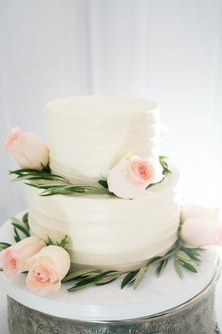 simple-two-tier-wedding-with-white-frosting-pale-blush-roses-greenery