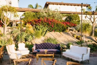 outdoor-wedding-reception-lounge-vintage-furniture-with-desert-landscaping-backdrop-spanish-style