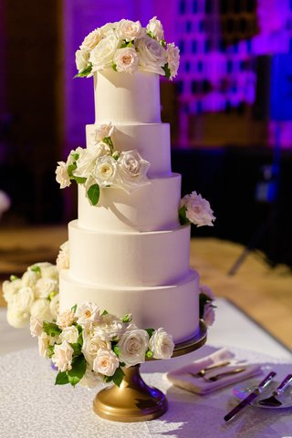 five-tier-wedding-cake-with-matte-frosting-and-fresh-flowers-on-gold-cake-stand