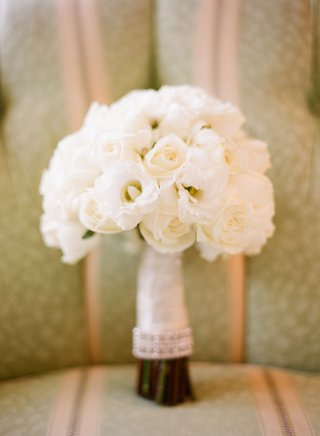 brides-bouquet-of-white-flowers
