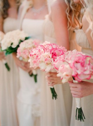 bridesmaids-hold-rose-bouquets