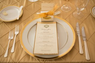 white-and-gold-charger-plate-with-menu-card-and-wedding-favor