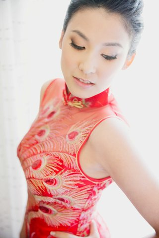 bride-in-red-and-gold-peacock-feather-print-qipao-for-tea-ceremony