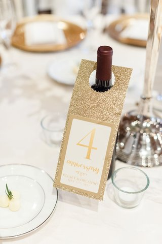 wine-bottle-with-gold-door-hanger-table-number-for-anniversary-memory-idea