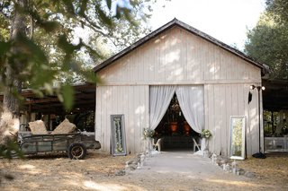 entrance-to-barn-wedding-with-lanterns-and-mirrors