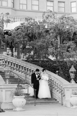 bride-and-father-walk-down-staircase-at-langham-hunting-pasadena-hotel