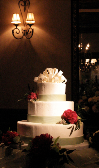 white-wedding-cake-with-green-bands-and-red-flowers