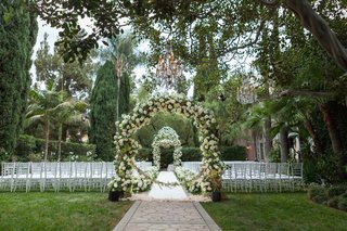 the-beverly-hills-hotel-outdoor-wedding-ceremony-with-greenery-and-white-flowers-palm-trees-chairs
