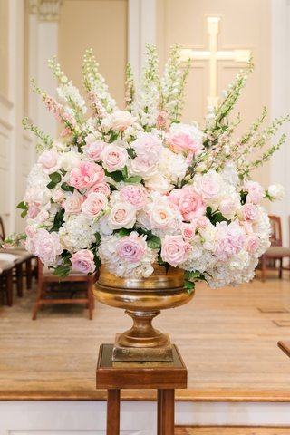 blush-roses-ivory-flowers-snapdragons-blush-and-ivory-ceremony-arrangements-in-brass-stand