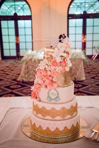 wedding-cake-with-gold-details-and-sugar-flowers-in-white-and-pink-classic-cake-topper-monogram