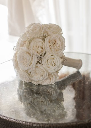 bridal-bouquet-with-soft-cream-roses-and-pearl-embellishments