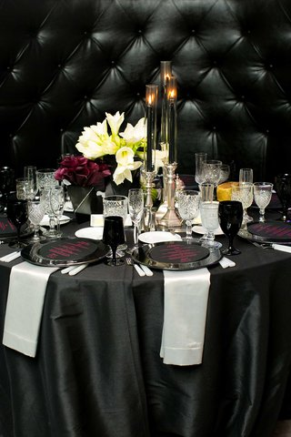 new-years-eve-wedding-black-and-white-linens-plum-calla-lilies-white-amaryllis-black-candles