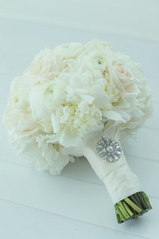 brides-bouquet-of-white-peonies-ranunculus-roses-and-pale-pink-roses