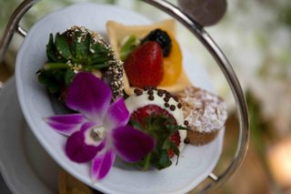 wedding-reception-desserts-of-chocolate-dipped-strawberries-and-mini-fruit-tarts