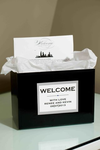 black-bag-with-chicago-theme-wedding-itinerary-card
