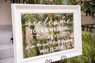 welcome-sign-calligraphy-mirror-outdoors-white-outside-couples-venue