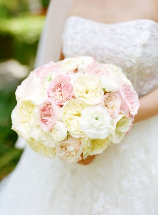 bridal-bouquet-of-pink-and-whie-roses