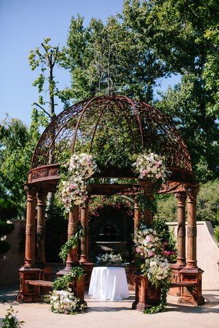 rusted-rustic-dome-ceremony-altar-with-floral-arrangement-on-columns