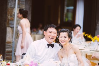 chinese-bride-and-groom-sitting-at-outdoor-table