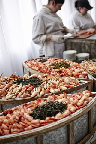 boats-full-of-crab-legs-and-shrimp-at-wedding-reception