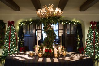 wedding-reception-escort-card-table-with-holiday-christmas-theme-and-antler-garland-arrangement