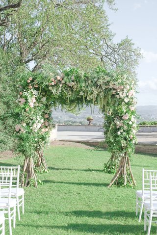 destination-wedding-florence-italy-greenery-white-pink-flowers-white-chairs-italian-countryside