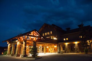 moonlight-basin-lodge-at-night-in-big-sky-montana
