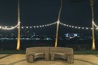 outdoor-cocktail-hour-outdoor-lounge-area-grey-couch-bistro-lighting