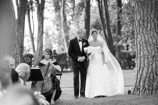black-and-white-photo-of-bride-in-italy-walking-down-with-father