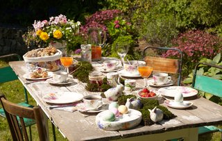 villeroy-boch-easter-breakfast-outdoor-backyard-tablescape-with-plateware-and-floral-china-eggs