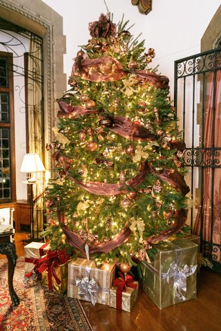 holiday-wedding-at-the-pleasantdale-chateau-with-a-christmas-tree-with-ribbon-golden-lights
