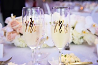wedding-champagne-flutes-with-mr-and-mrs-in-gold