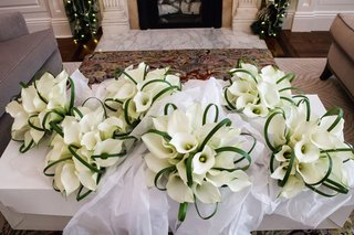 bridesmaid-bouquets-white-calla-lily-flowers-greenery-arches-in-tissue-paper-bridal-suite