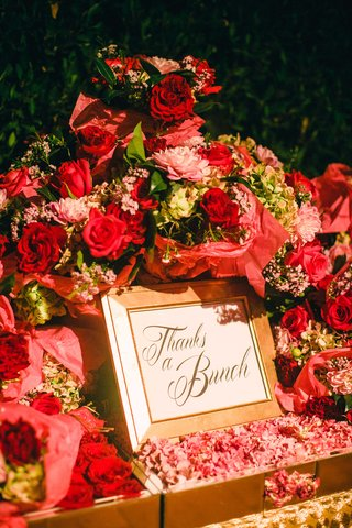 red-rose-pink-flower-red-flower-bouquets-for-wedding-favors-with-thanks-a-bunch-sign