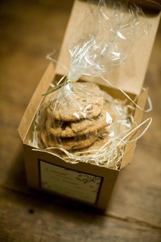 wedding-favor-box-with-chocolate-chip-cookies