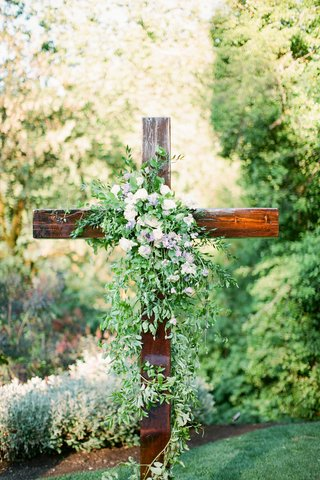 la-rams-brandin-cooks-briannon-lepman-wedding-ceremony-altar-wooden-cross-greenery-with-some-flower