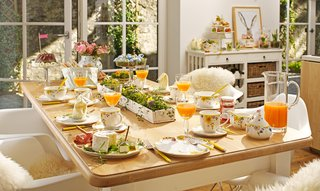 villeroy-boch-easter-breakfast-inside-breakfast-nook-tablescape-with-china-and-juice-mimosas