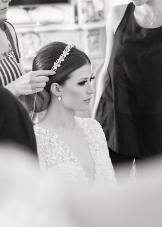 black-and-white-photo-of-bride-getting-headpiece-put-on