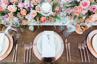pitch-perfect-stars-anna-camp-skylar-astin-wedding-rose-gold-charger-plates-wood-pink-floral-runner
