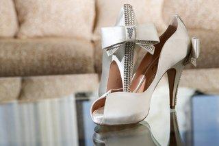 white-peep-toe-aruna-seth-heels-with-bow