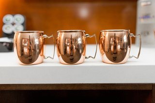 wedding-reception-cocktail-hour-moscow-mule-copper-mugs-at-wedding-white-bar