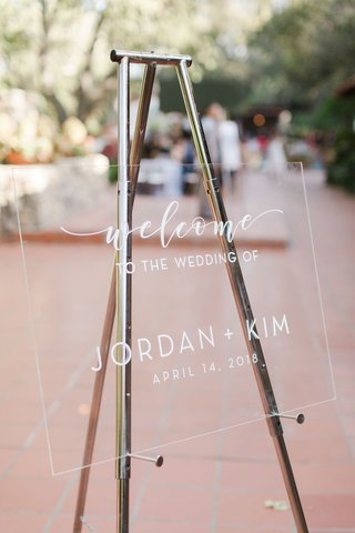 outdoor-wedding-welcome-sign-white-lettering-acrylic-lucite-silver-easel