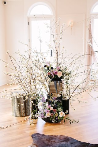 edgy-alternative-wedding-inspiration-white-quince-flowers-mirrored-stands-black-vase-roses