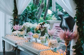mirror-escort-card-table-with-place-cards-in-white-trays-pink-white-roses-flowers-soft-blooms