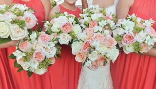 white-rose-and-ivory-rose-bouquet-with-pink-and-peach-garden-roses